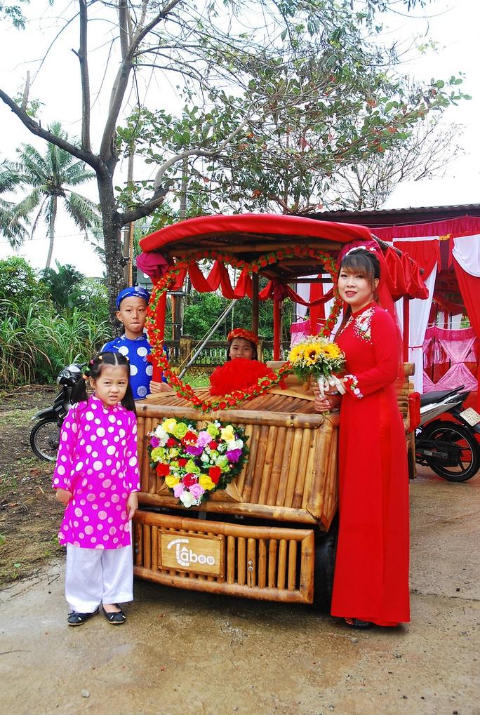 Cô dâu chuẩn bị lên xe hoa là một chiếc xe tre độc đáo