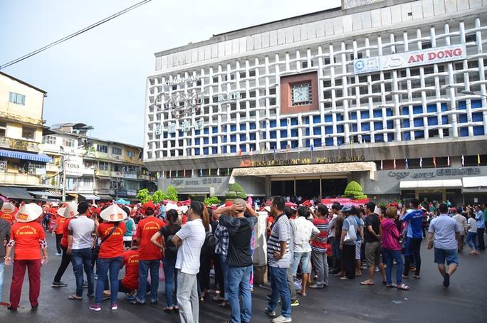 Tiểu thương chợ An Đông lại đóng cửa sạp để khiếu nại - Ảnh 2.