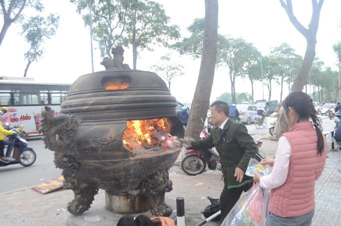 Ngoài thả cá, tại các khu dân cư, người dân nhộn nhịp đốt vàng mã trong ngày cúng ông Công, ông Táo