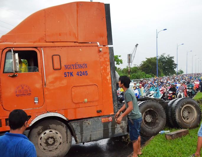 """Xe đầu kéo """"làm xiếc"""" trên xa lộ Hà Nội, đường kẹt cứng - Ảnh 1."""
