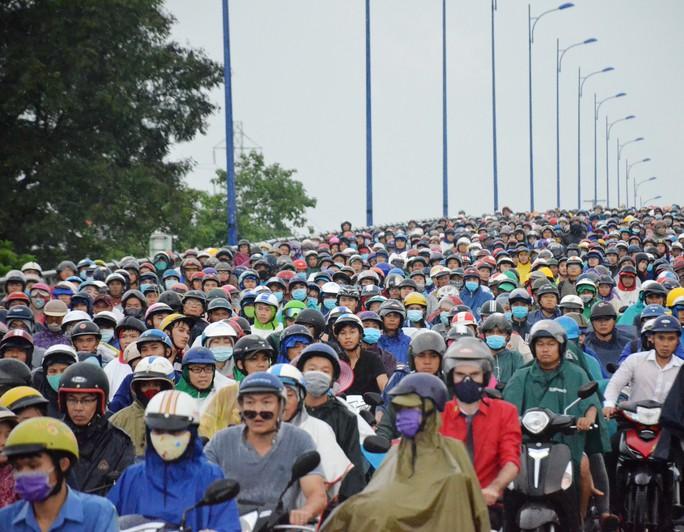 """Xe đầu kéo """"làm xiếc"""" trên xa lộ Hà Nội, đường kẹt cứng - Ảnh 2."""