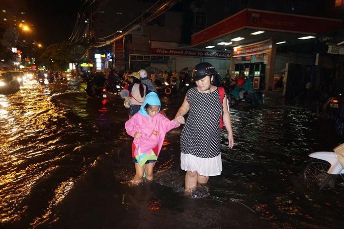 TP HCM: Mưa lớn, nhiều tuyến đường chìm trong biển nước - Ảnh 2.