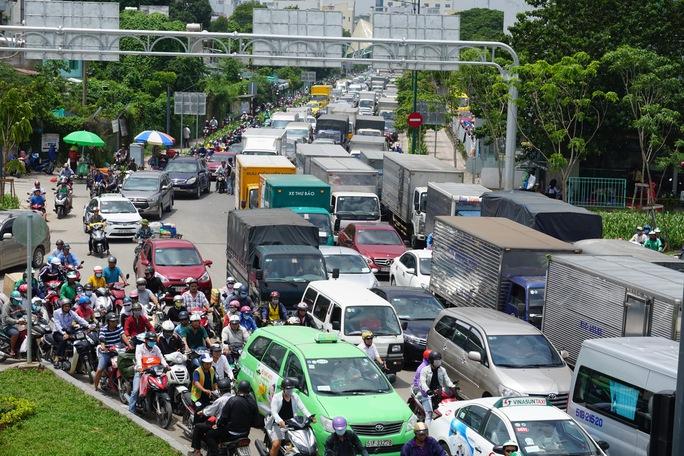 Giao thông hỗn loạn quanh sân bay Tân Sơn Nhất suốt 5 giờ - Ảnh 8.