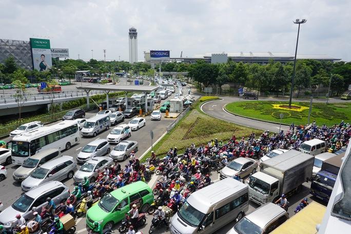Giao thông hỗn loạn quanh sân bay Tân Sơn Nhất suốt 5 giờ - Ảnh 9.