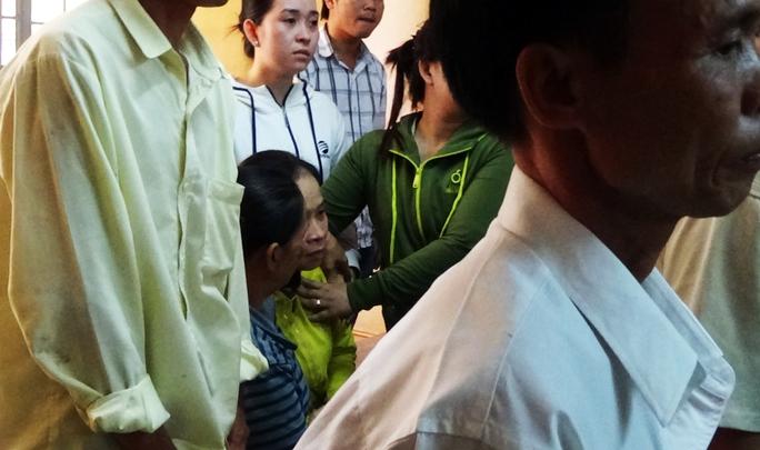 Mẹ ngã quỵ vui mừng khi con trai được xử án nhẹ - Ảnh 3.