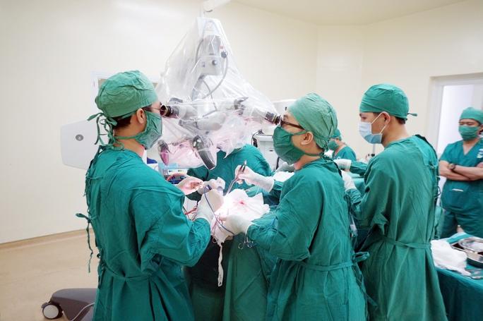 Các bác sĩ đang phẫu thuật bóc u cho bệnh nhân.