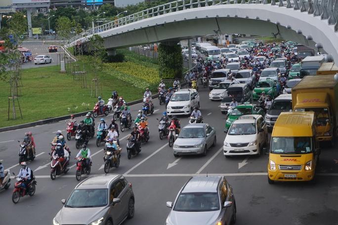 Cửa ngõ sân bay Tân Sơn Nhất hỗn loạn vì sự cố giao thông - Ảnh 11.