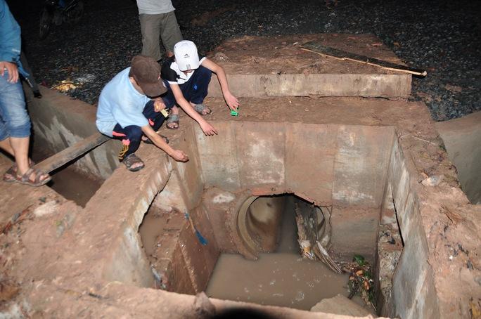 Tìm thấy thi thể học sinh lớp 4 bị nước cuốn vào cống - Ảnh 1.