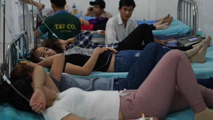 Công nhân nằm chen chúc tại một phòng khám gần KCN Nam Tân Uyên