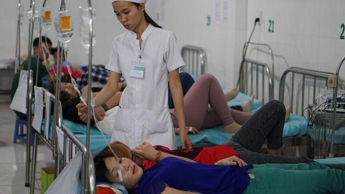 Công nhân ồ ạt nhập viện sau bữa ăn trưa