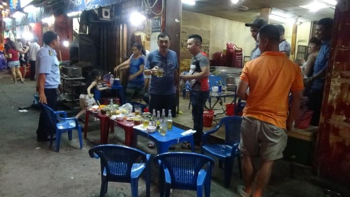 Hai quán nhậu trên đường Nguyễn Thái Học bị phạt tổng cộng 9 triệu đồng, thu giữ bàn ghế, mái che và lò nướng.