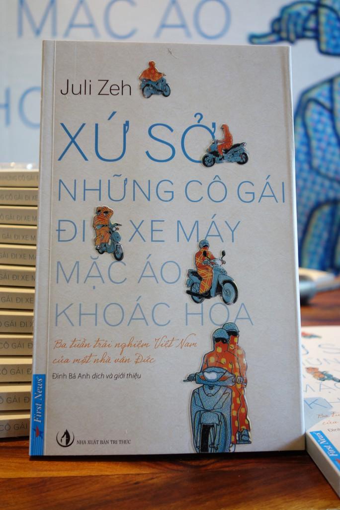 Nhà văn Đức gọi phụ nữ Việt là đội quân cướp nhà băng sặc sỡ - Ảnh 1.