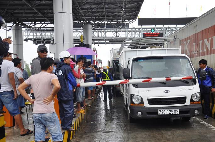 BOT Ninh An xả trạm vì tài xế trả tiền lẻ - Ảnh 2.