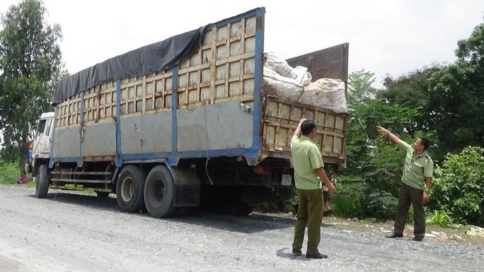 Ngụy trang xe chở rác nhập lậu gần trăm tấn đường - Ảnh 2.