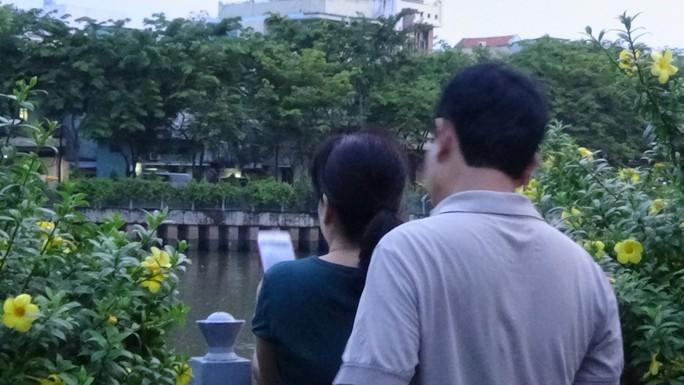 CLIP cá nổi đen kịt ở kênh Nhiêu Lộc - Thị Nghè - Ảnh 7.