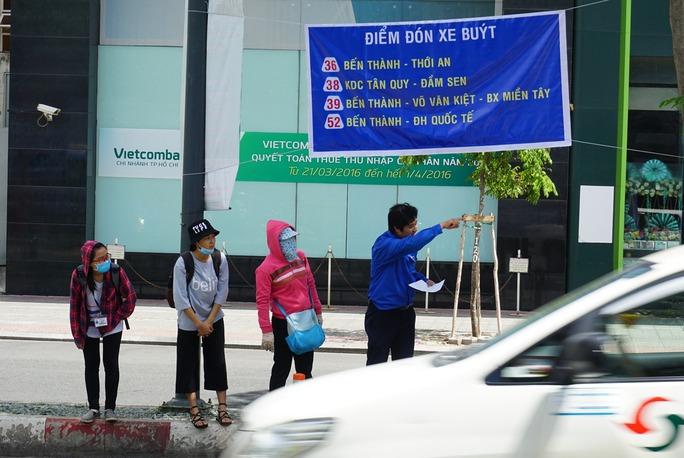 Từ sáng sớm, các đơn vị đã tổ chức đến khu vực mới hướng dẫn cho người dân đến đón xe buýt