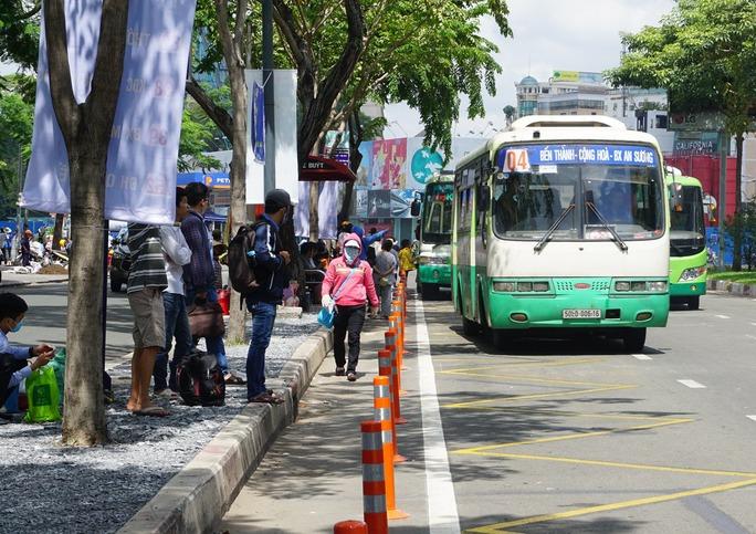 Đường Hàm Nghi, đoạn từ đường Phó Đức Chính đến Tôn Thất Đạm dài hơn 700 m, được bố trí nhiều điểm dừng đón, trả khách cho từng tuyến xe buýt