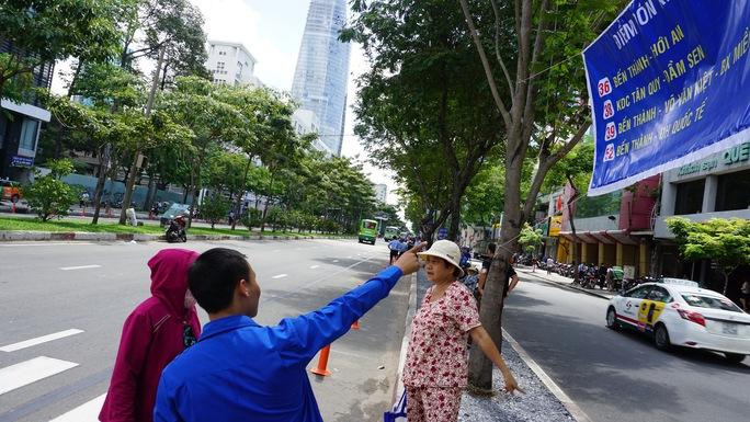 Một số hành khách tỏ ra lúng túng khi đến điểm đón xe mới và đều được hướng dẫn cụ thể