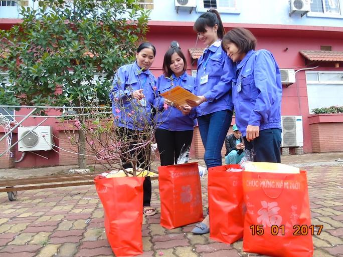 Niềm vui của công nhân khi nhận quà và vé xe về quê đón tết trong chương trình Tết sum vầy tại KCN Thăng Long, Hà Nội - Ảnh: Văn Duẩn