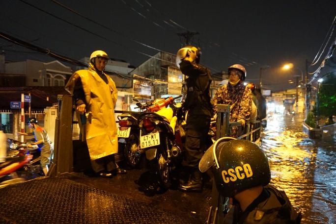 CSGT dầm mưa giúp dân qua đoạn ngập ở Sài Gòn - Ảnh 8.