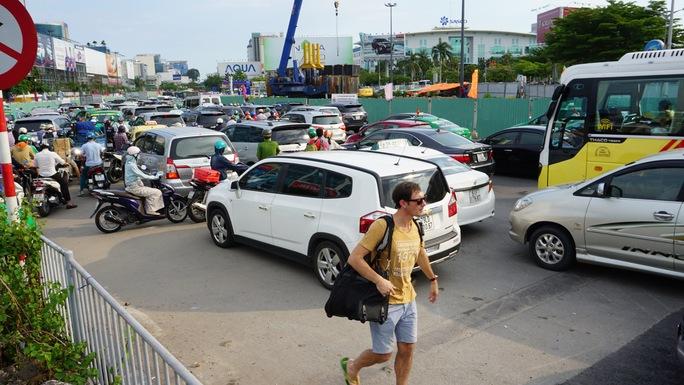 Du khách nước ngoài này cũng phải đi bộ vào sân bay để kịp giờ làm thủ tục do kẹt xe