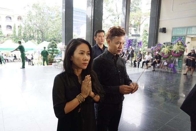 NSƯT Vân Khánh và ca sĩ Anh Bằng thắp nén hương tiễn biệt PGS - nhạc sĩ Ca Lê Thuần