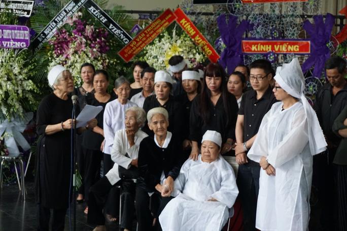 NSƯT đạo diễn Ca Lê Hồng đọc lời cảm tạ của gia đình trước tấm lòng thương yêu của lãnh đạo, văn nghệ sĩ và công chúng đối với sự ra đi của PGS - nhạc sĩ Ca Lê Thuần