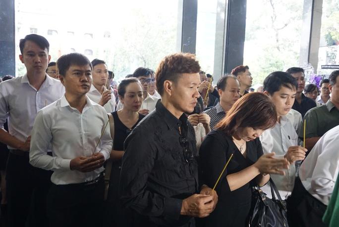 Đông đảo ca sĩ, nhạc sĩ là học trò đã thắp hương tiễn biệt PGS - nhạc sĩ Ca Lê Thuần