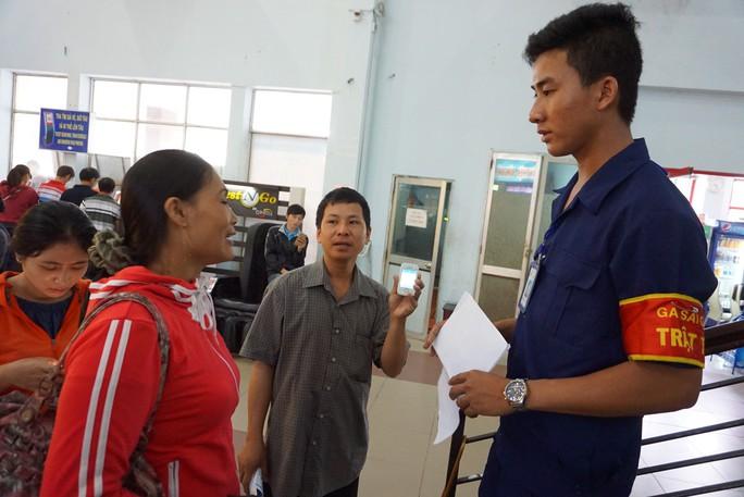 Ga Sài Gòn, Hà Nội soát vé tàu tự động - Ảnh 1.