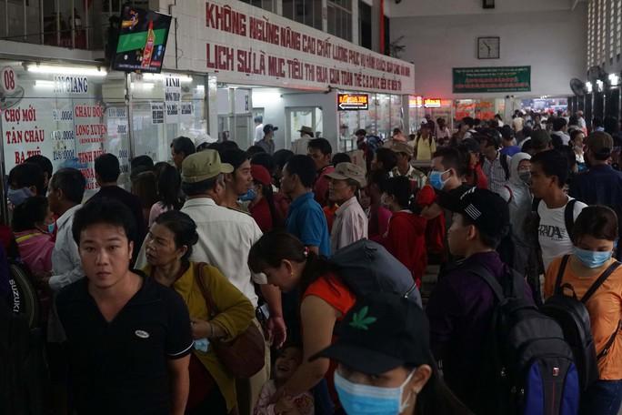Bên trong nhà ga, hành khách dồn ứ trước các quầy vé