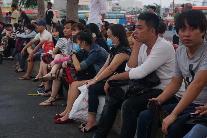 Hành khách trong bến xe Miền Tây mệt mỏi ngồi chờ xe