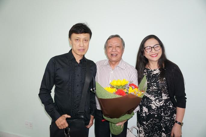 Ca sĩ Tuấn Ngọc và MC Quỳnh Hương tặng hoa chúc mừng nhạc sĩ Trần Long Ẩn
