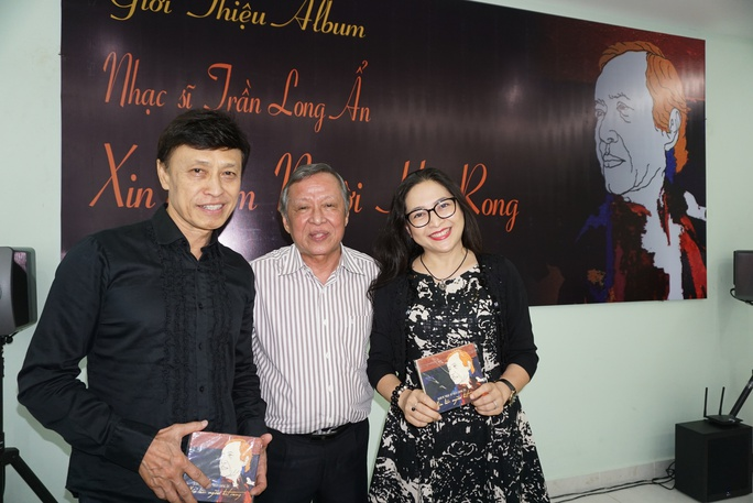 Nhạc sĩ Trần Long Ẩn tặng Album Xin làm người hát rong cho ca sĩ Tuấn Ngọc và MC Quỳnh Hương