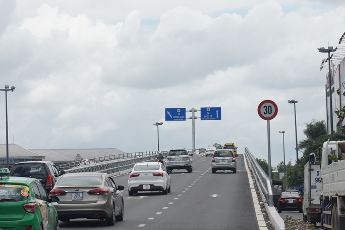 """Cầu vượt thép chưa """"xử"""" được kẹt xe ở sân bay Tân Sơn Nhất - Ảnh 5."""