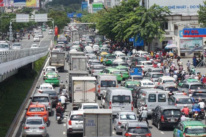 """Cầu vượt thép chưa """"xử"""" được kẹt xe ở sân bay Tân Sơn Nhất - Ảnh 1."""