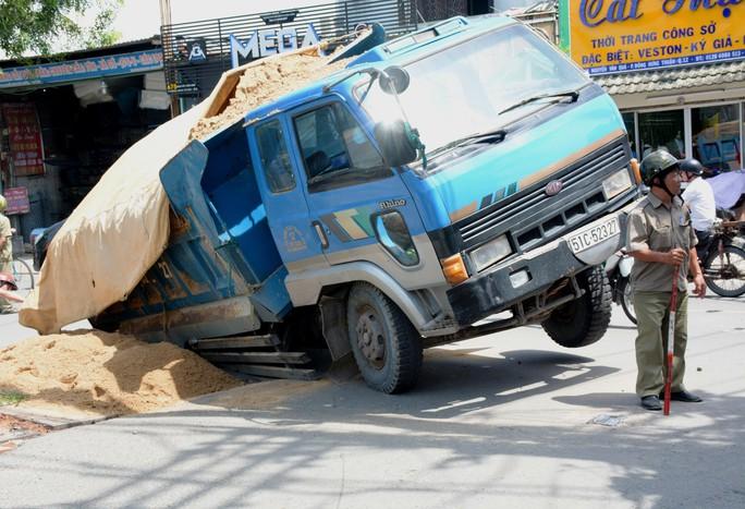 Kinh hãi hố sâu nuốt chửng xe ben ở TP HCM - Ảnh 1.
