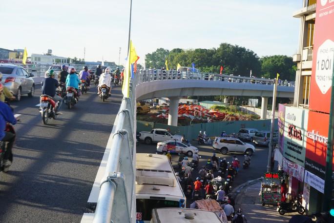 Nhánh cầu cửa ngõ Tân Sơn Nhất vừa thông, xe vẫn kẹt - Ảnh 7.