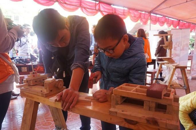 Học sinh vùng cao hò reo với robot, thí nghiệm khoa học - Ảnh 2.