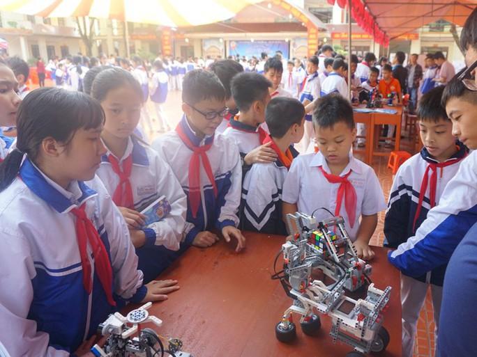 Học sinh vùng cao hò reo với robot, thí nghiệm khoa học - Ảnh 16.