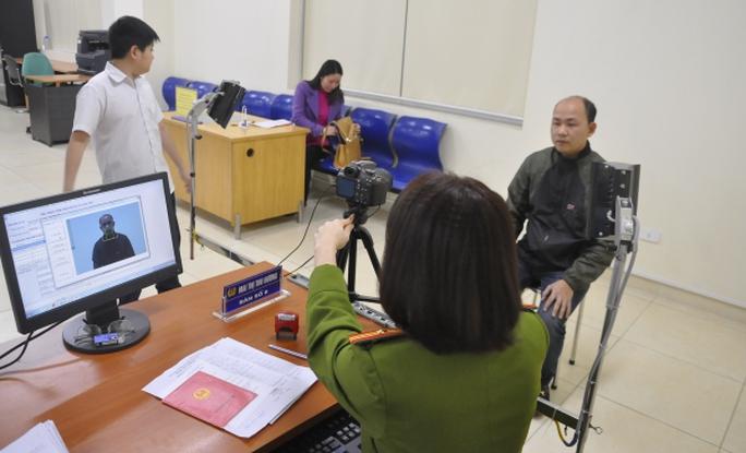 Phó Thủ tướng yêu cầu khắc phục việc chậm trả thẻ căn cước do cạn vật liệu - Ảnh 1.