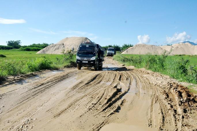 Chủ tịch huyện tự ý làm đường cho doanh nghiệp khai thác cát - Ảnh 1.