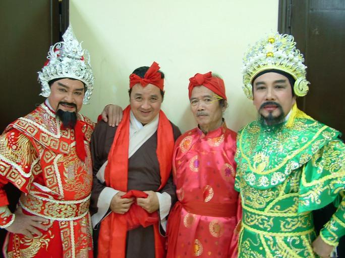 NSND đạo diễn Huỳnh Nga và các nghệ sĩ: Hùng Minh, Bảo Quốc, Tuấn Thanh trong vở Thái hậu Dương Vân Nga
