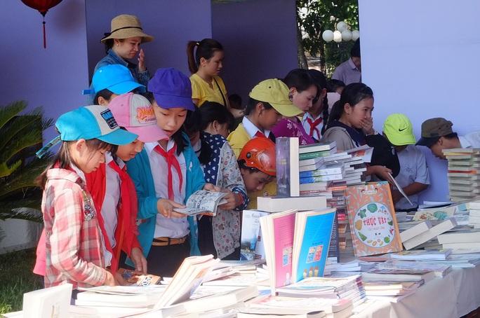 Triển lãm kết hợp trưng bày, giới thiệu nhiều bản sách nhân Ngày Sách Việt Nam