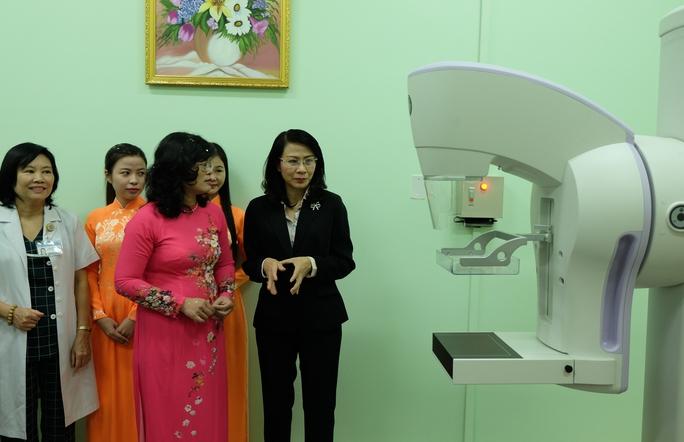 Phó Chủ tịch UBND TP HCM Nguyễn Thị Thu tham quan máy chụp nhũ ảnh kỹ thuật số hiện đại tại Bệnh viện phụ sản Hùng Vương