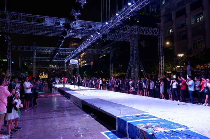 Trình diễn thời trang công nghệ trên phố đi bộ Nguyễn Huệ - Ảnh 3.