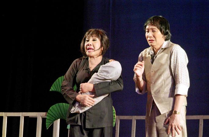 NSƯT Minh Vương và NSND Lệ Thủy trong vở Tô Ánh Nguyệt (Sân khấu Vàng)