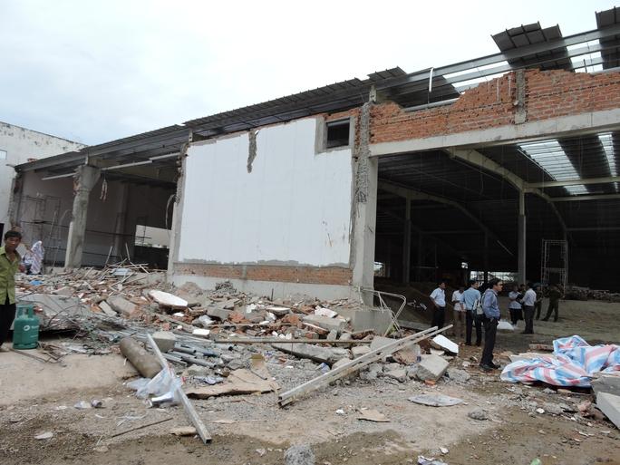 Khám nghiệm hiện trường vụ sập siêu thị, 4 người bị thương - Ảnh 1.
