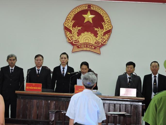 Nguyễn Khắc Thủy kêu khó thở trước phiên xử dâm ô - Ảnh 1.