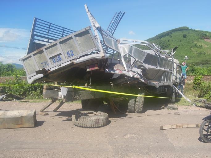 Tàu hỏa tông xe tải bẹp dí, tài xế trọng thương - Ảnh 1.