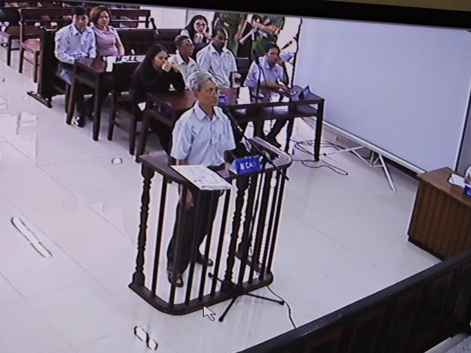 Nguyễn Khắc Thủy kêu khó thở trước phiên xử dâm ô - Ảnh 3.